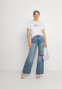 Tommy Jeans - METALLIC CORP LOGO TEE - T-shirt con stampa - white - 1