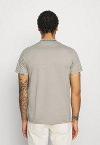 Calvin Klein Jeans - LOGO TEE UNISEX - T-shirt con stampa - elephant skin - 2