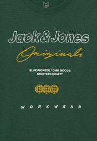 Jack & Jones Junior - JOREXPANDED CREW NECK  - Maglietta a manica lunga - trekking green - 2