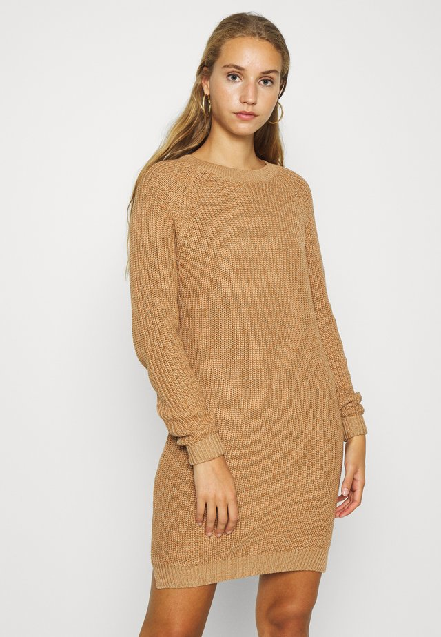 NMSIESTA O-NECK DRESS - Pletené šaty - camel