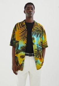 PULL&BEAR - MIT PALMEN - Shirt - yellow - 0