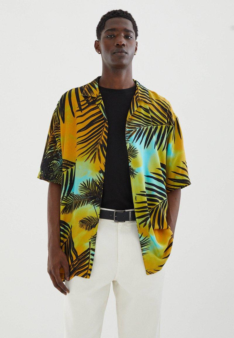 PULL&BEAR - MIT PALMEN - Shirt - yellow