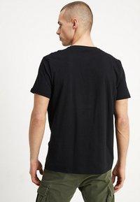 Alpha Industries - Print T-shirt - black - 2