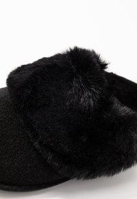Crocs - CLASSIC LUXE SLIPPER  - Slippers - black - 2