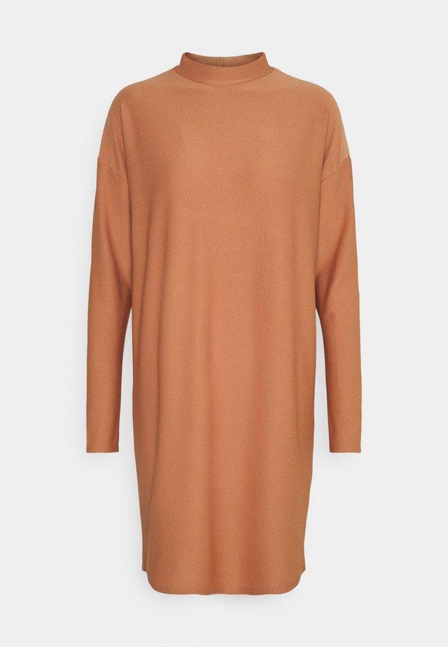 SPOT TEXTURE HIGH NECK  DRESS - Korte jurk - camel