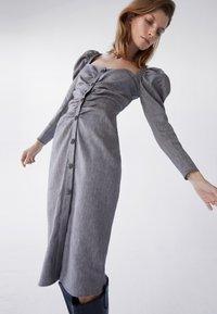 Uterqüe - MIT SCHMUCKKNOPF - Shirt dress - grey - 4
