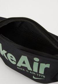 Nike Sportswear - HERITAGE - Bæltetasker - black/silver pine - 3