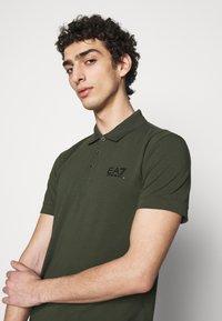EA7 Emporio Armani - Poloshirts - dark green - 3
