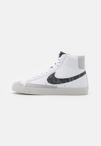 BLAZER MID '77 UNISEX - Sneakers alte - white/light smoke grey/bright crimson