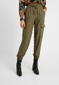 Cotton On - CERRIE DRAPEY UTILITY PANT - Kalhoty - olive night - 0
