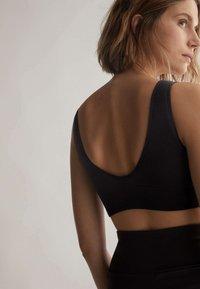 OYSHO - WITH STRATEGIC SUPPORT  - Medium support sports bra - black - 2