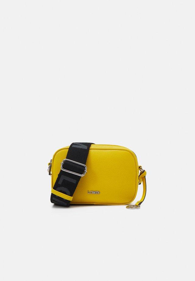 FELICITAS FARHILDE - Taška spříčným popruhem - yellow