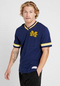 Mitchell & Ness - NCAA MICHIGAN THE OVERTIME WIN TEE - T-shirt imprimé - navy - 0