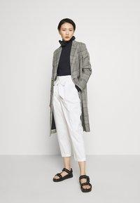 LIU JO - PANT CARROT SENZA PAIETTE - Pantalones - star white - 1