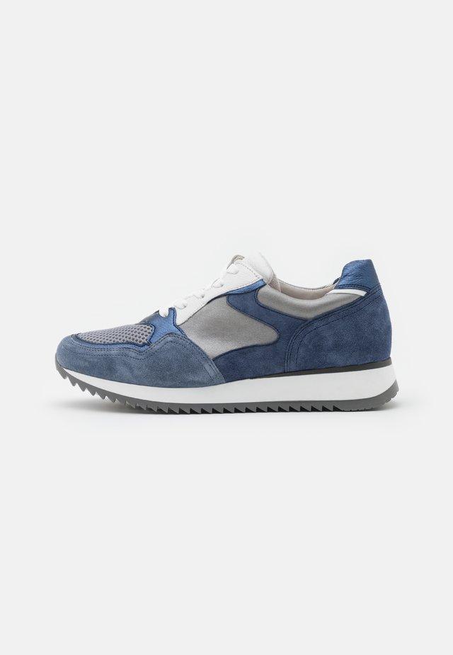 Sneakers laag - jeans/grey/weiß