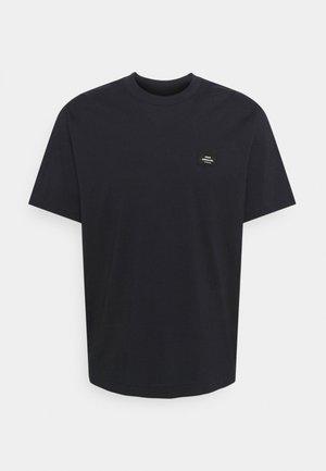 TWIN BADGE - Basic T-shirt - sky captain