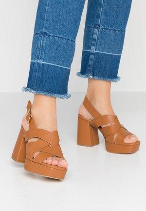 MANDA - Sandály na vysokém podpatku - tan