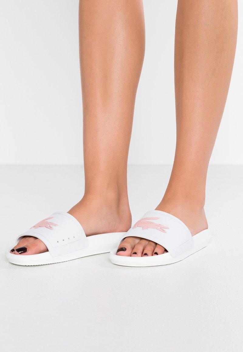 Lacoste - CROCO SLIDE  - Sandales de bain - white