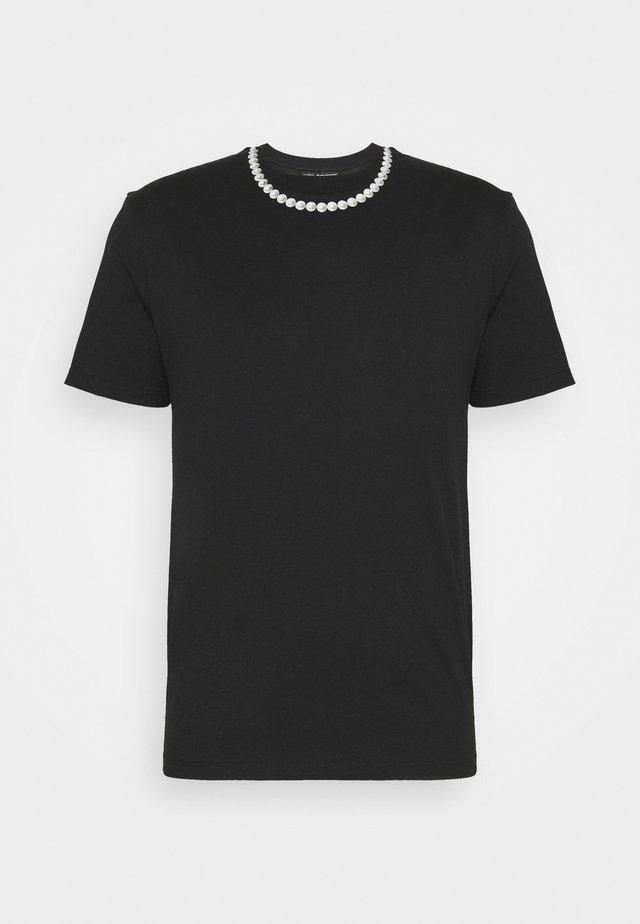 PEARL NECKLACE - Printtipaita - black
