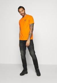 YOURTURN - T-shirt med print - orange - 1