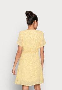 Moss Copenhagen - LINOA RIKKELIE WRAP DRESS - Day dress - banana - 2
