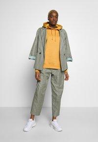 Nike Sportswear - W NSW HOODIE FLC TREND - Bluza z kapturem - yellow - 1