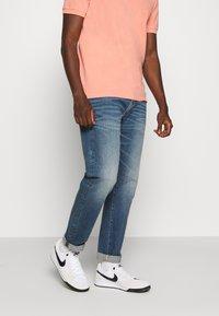 American Eagle - ATHLETIC DARK WASH - Straight leg jeans - blue denim - 0