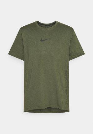 BURNOUT - Print T-shirt - rough green/jade smoke/black