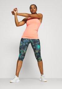 Sweaty Betty - GRAVITY SCULPT CAPRI RUN LEGGINGS - 3/4 sportbroek - black neon - 1