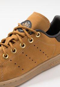 adidas Originals - STAN SMITH - Sneakers basse - mesa/night brown/yellow - 5