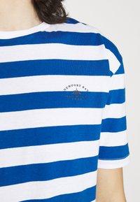 Newport Bay Sailing Club - BOLD HORIZONTAL STRIPE 2 PACK - Print T-shirt - grey marl/mid blue - 6