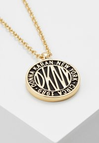 DKNY - LARGE TOKEN LOGO PENDANT - Collier - gold-coloured
