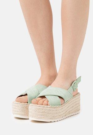 Korkeakorkoiset sandaalit - verde