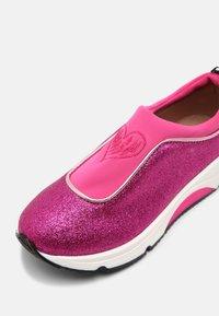 TWINSET - ARTIST HEART - Sneakersy niskie - fuchsia/purple - 4
