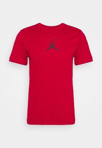 JUMPMAN CREW - Print T-shirt - gym red/black