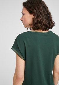 s.Oliver BLACK LABEL - Print T-shirt - dark green - 5