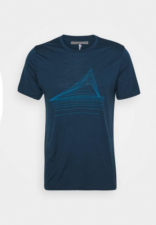 MENS TECH LITE CREWE HEATING UP - Print T-shirt - nightfall