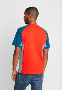 Lacoste - TH5017 - T-shirt imprimé - light red/mottled beige/dark blue - 2
