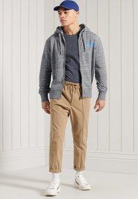 Superdry - HERITAGE MOUNTAIN GRAPHIC - Zip-up hoodie - flint grey grit - 0