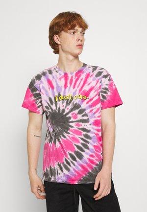 I DON'T CARE GRAPHIC TYE DYE TEE - Print T-shirt - pink