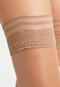 FALKE - SEIDENGLATT 15 DENIER STAY UPS TRANSPARENT GL�NZEND - Over-the-knee socks - powder - 2