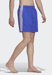 adidas Originals - 3-STRIPES SWIM SHORTS - Szorty kąpielowe - blue - 3