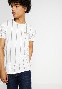 Amsterdenim - AMSTERDAM PRIDE - T-shirt con stampa - off-white - 2