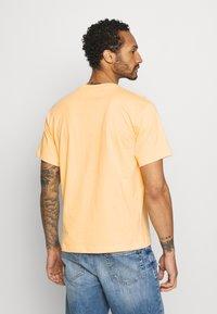 adidas Originals - SUMMER TONGUE UNISEX - Triko spotiskem - acid orange - 2