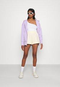 Monki - ZOE 2 PACK - Shorts - purple/yellow dusty light - 0