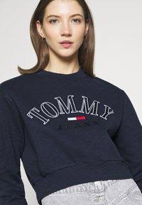 Tommy Jeans - CROP COLLEGE LOGO - Sweatshirt - twilight navy - 3