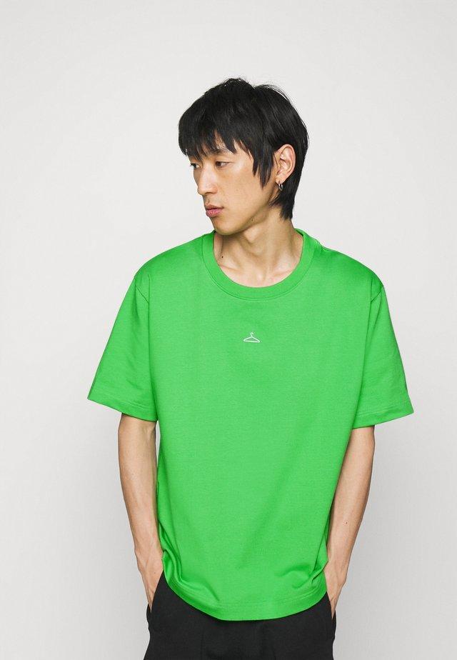 HANGER TEE - Jednoduché triko - green