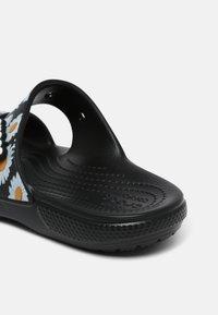 Crocs - CLASSIC VACAY VIBES - Sandály do bazénu - black - 5