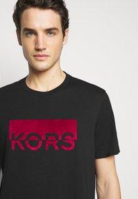 Michael Kors - SPLIT BLOCK TEE - Print T-shirt - black - 4