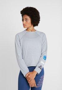 New Balance - RELENTLESS RINGER LONG SLEEVE - Camiseta de deporte - athletic grey - 0